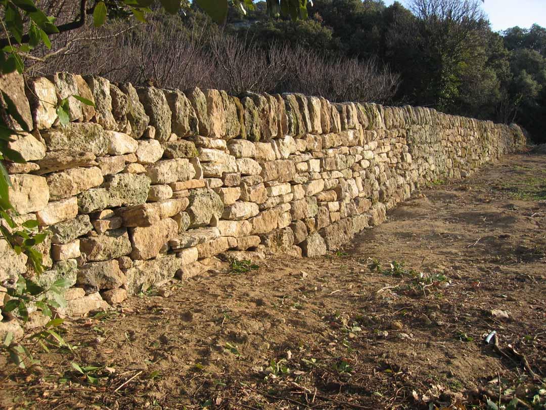 Clansayes : mur de soutènement sur des terrasses agricoles
