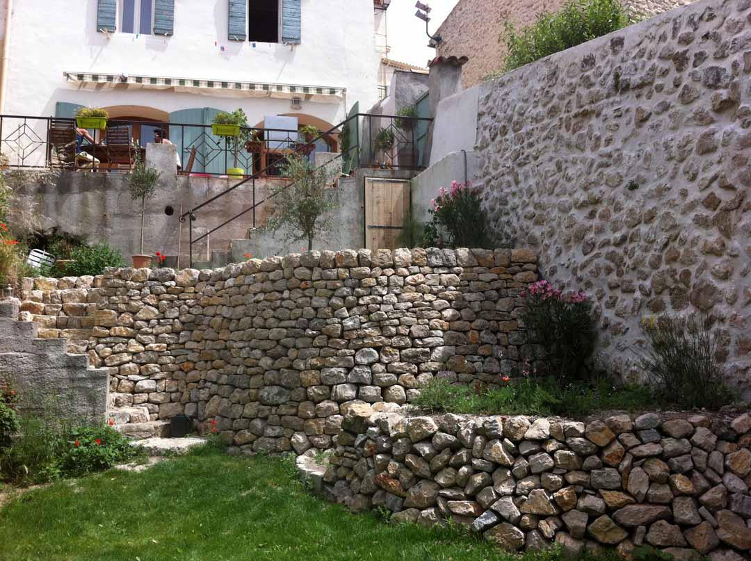 Fuveau : mur de soutènement en pierre sèche dans un jardin privatif
