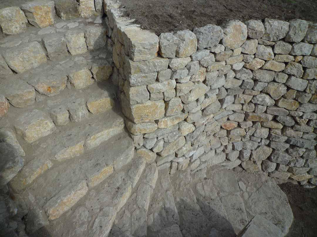 Fuveau mur de sout nement en pierre s che de pierres for Construire un escalier en pierre seche