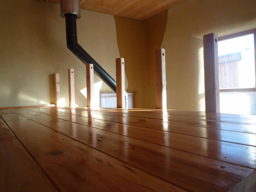 mezzanine structure en bois sur poteaux de pierres et. Black Bedroom Furniture Sets. Home Design Ideas