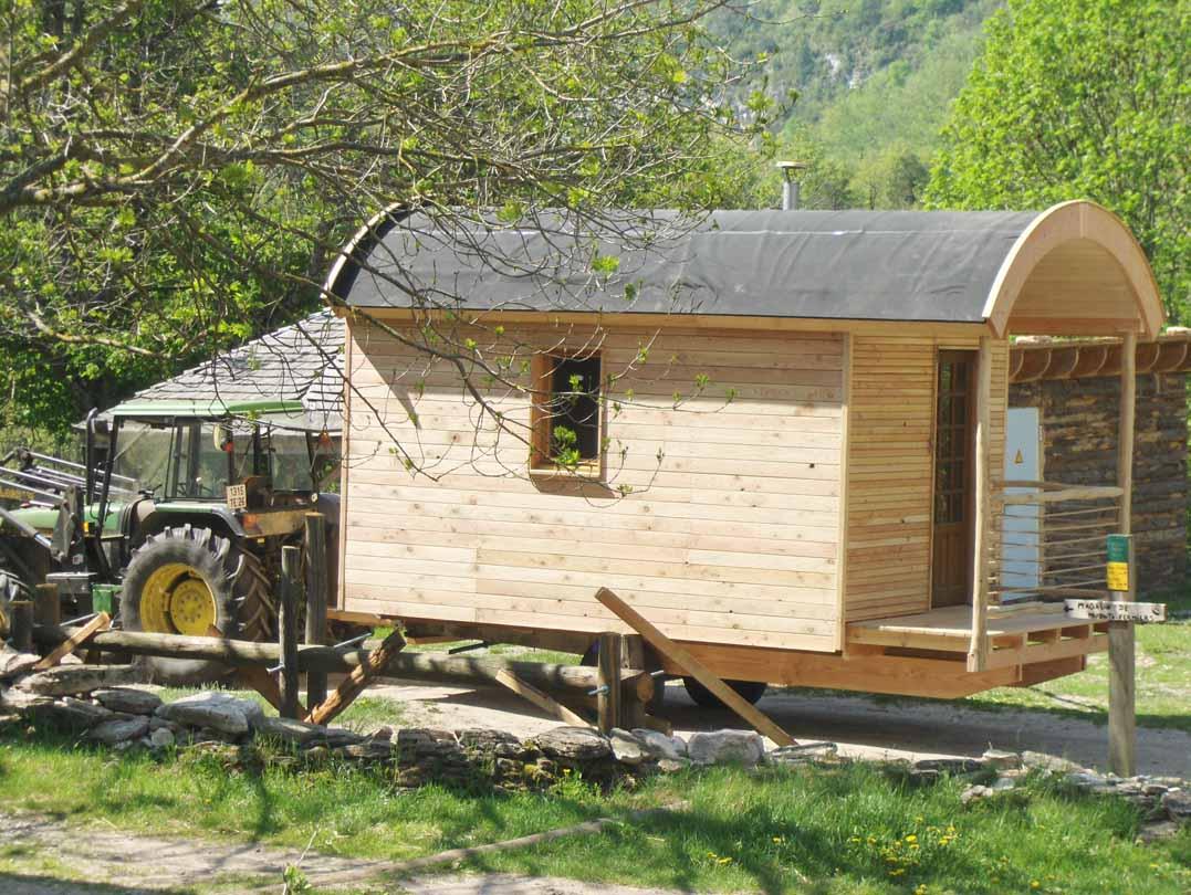 roulotte ossature bois isolation de pierres et de bois. Black Bedroom Furniture Sets. Home Design Ideas