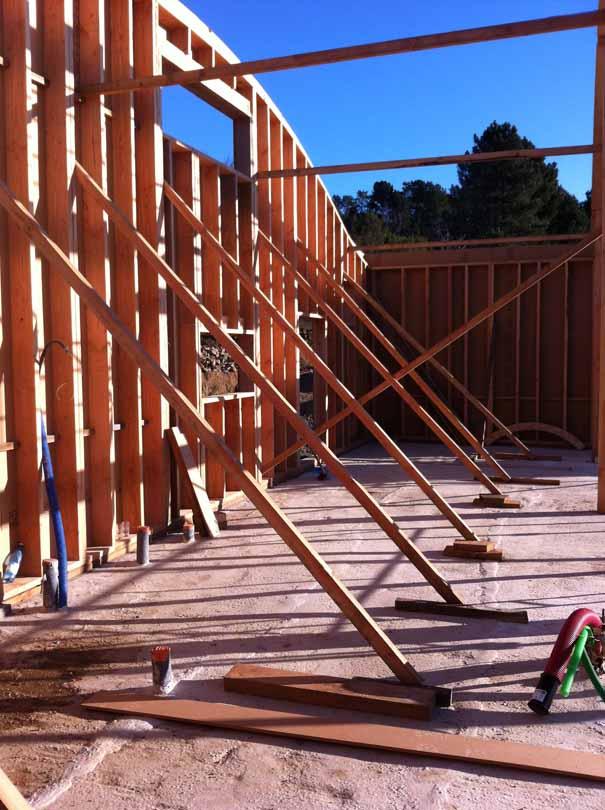 les salelles maison en paille avec toiture courbe de pierres et de bois. Black Bedroom Furniture Sets. Home Design Ideas