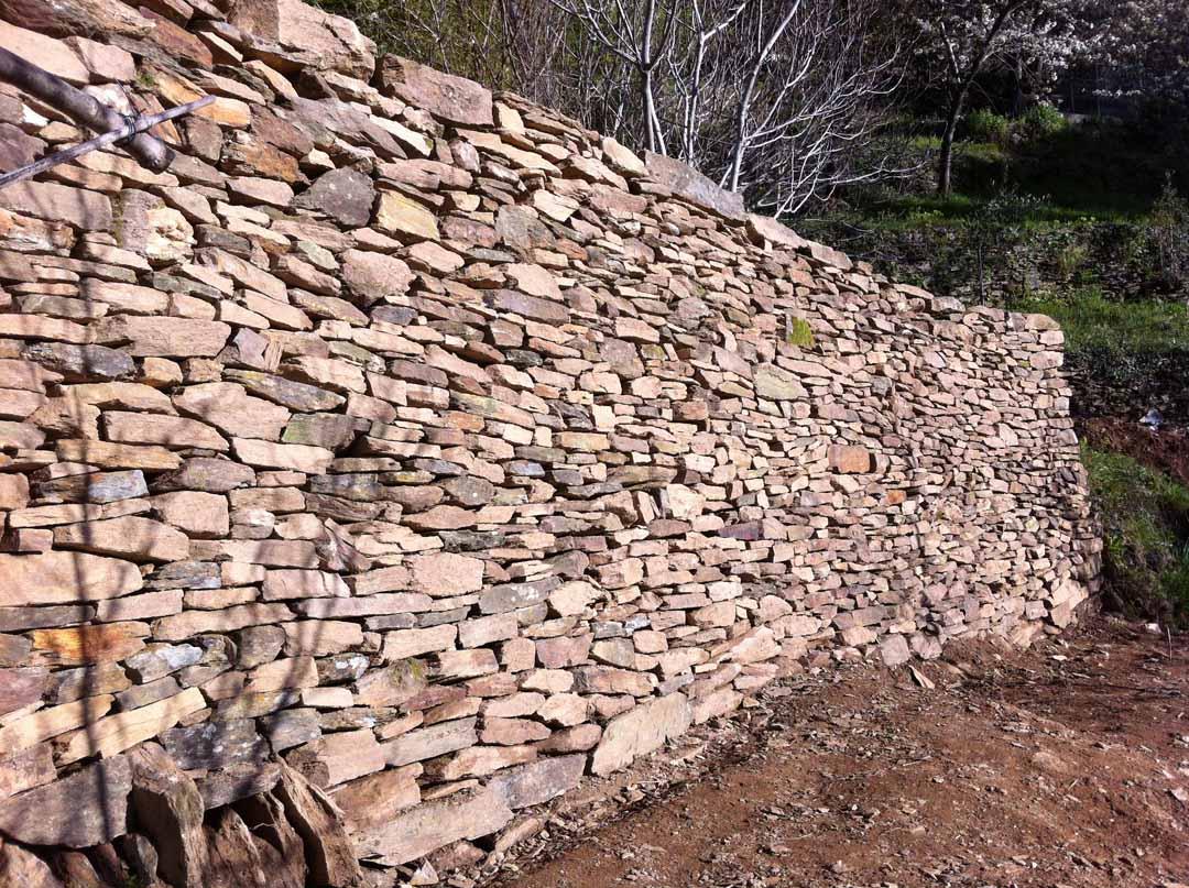 Les vans mur de sout nement en pierre s che de pierres et de bois - Mur soutenement pierre ...