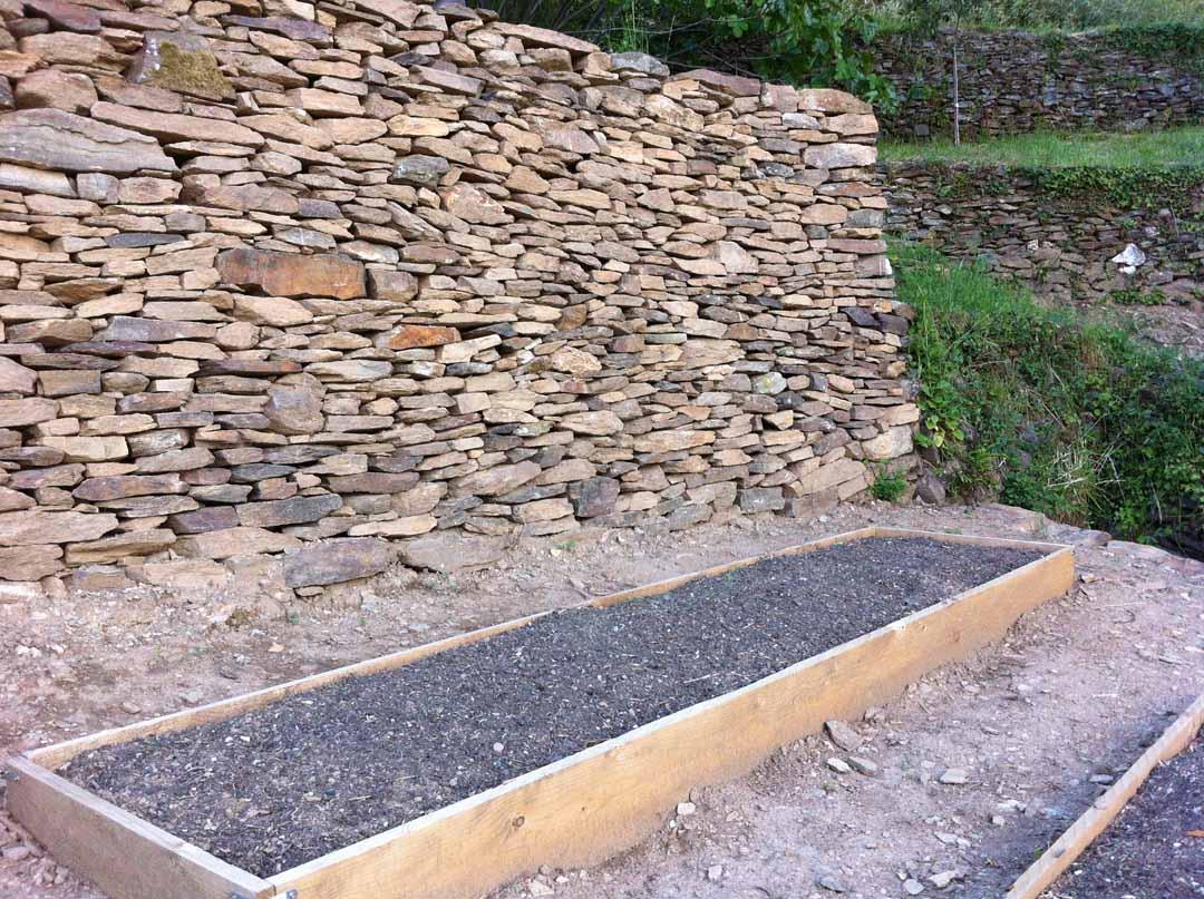 Les vans mur de sout nement en pierre s che de pierres for Mur en pierre jardin