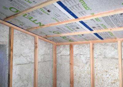 depierresetdebois-gras02-ardeche-rge-renovation-restauration-isolation-thermique-ouate-cellulose-projection-humide-ossature-secondaire-frein-vapeur