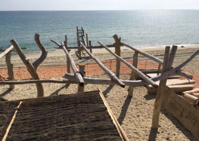 depierresetdebois-ramatuelle38-club55-plage-pampelonne-structure-bois-demontable-chataignier-conception-ecologique-toiture-brande-bruyere