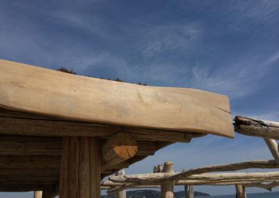 depierresetdebois-ramatuelle39-club55-plage-pampelonne-structure-bois-demontable-chataignier-conception-ecologique-toiture-brande-bruyere